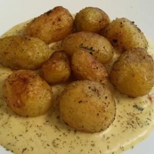 Млади компири со чили-кари сос