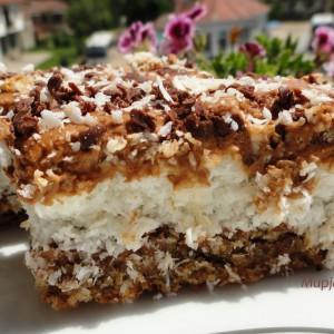 Преубав колач со кокос и мелени ореви