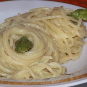 Паста со крем сос од аспарагус и топено сорење