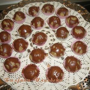 Бомбици со белка и ореви
