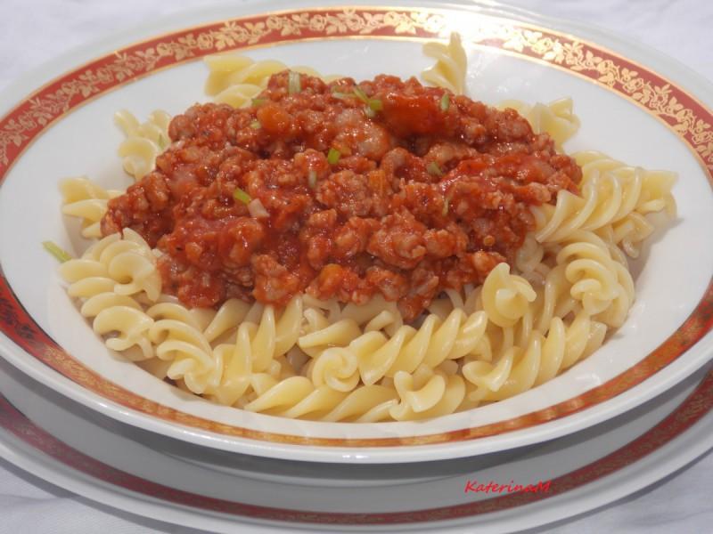 Фузили во доматен сос со свежи колбаси