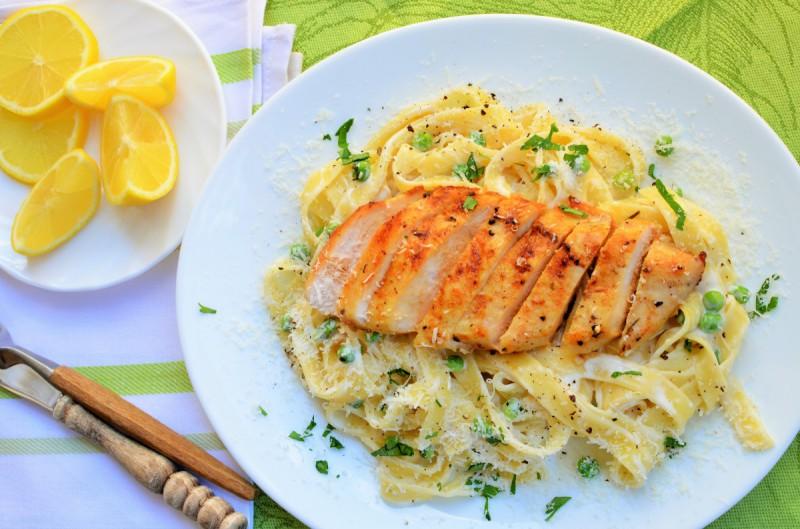 Фетучини со грашок и пилешко месо