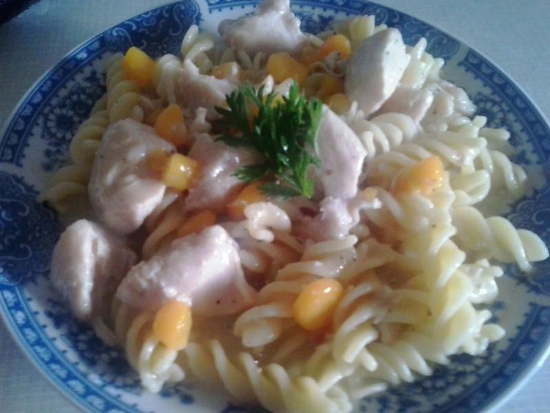 Макарони со пилешко во сос