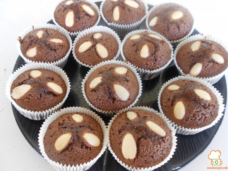 Чоколадни мафини со бадеми
