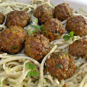 Шпагети со песто и меснати полпети со тиквички