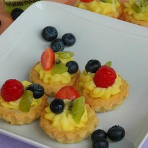 Кошнички со крем од ванила и овошје