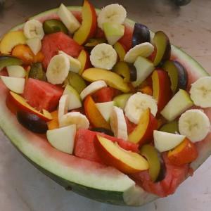 Овошна салата во лубеница