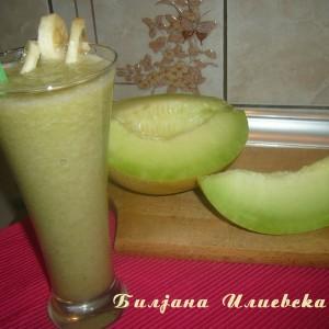 Летен пијалок со диња и банана