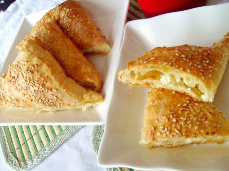 Триаголници со сирење, јогурт и готови кори