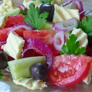Грчка салата со тостирано сирење