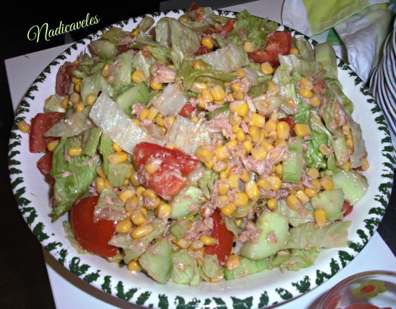 Мешана салата со туна, марула и пченка