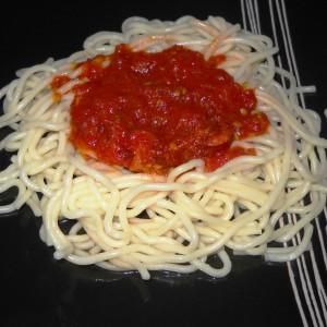 Шпагети со сос од домати и колбаси