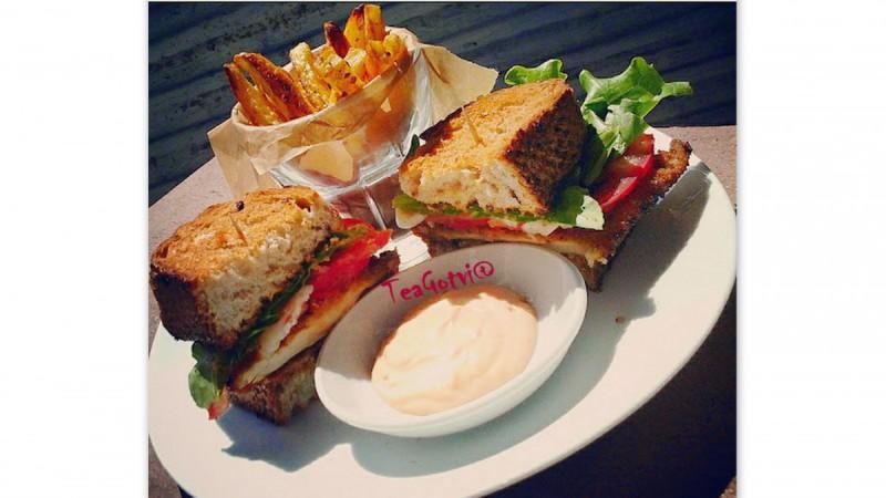 БЛТ сендвич со пржен пилешки стек