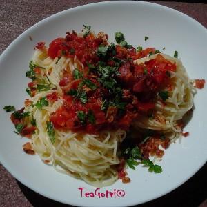 Шпагети во сос од домати и крцкава сланина