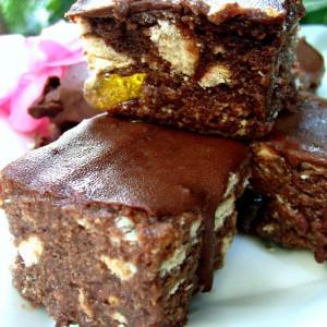 Непечени чокобисквит коцки со желе бомбони