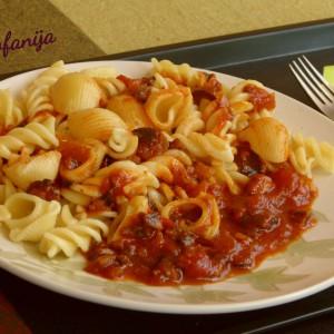 Макарони со доматен сос и печурки