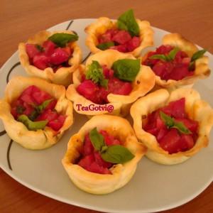 Корпички од тесто полнети со домати и босилек