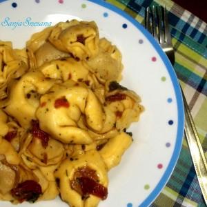 Тортелини со сос од вргањ и суви домати