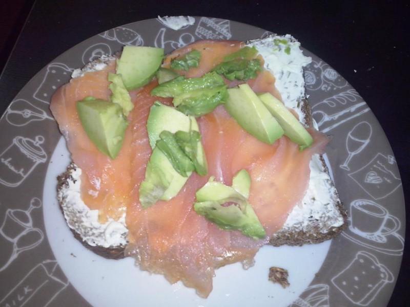 Сендвич со авокадо и чаден лосос