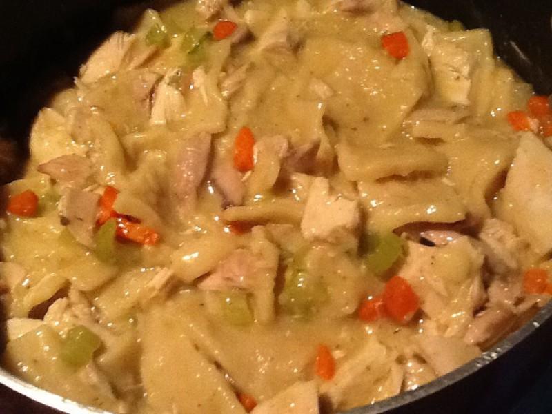 Пилешко со домашни кори (јуфки)