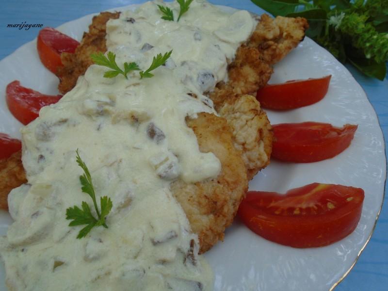 Поховано пилешко во сос од павлака и маслинки