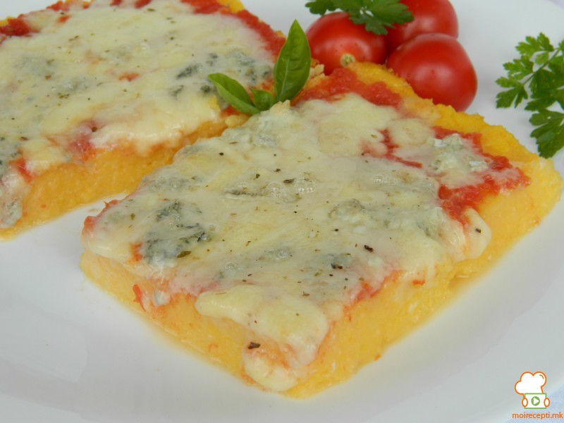 Пица од палента со 4 вида сирење