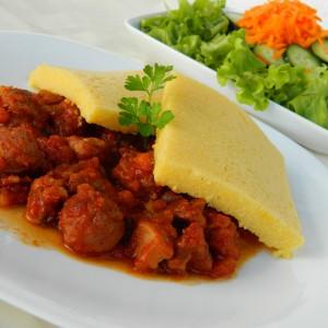 Палента со месо и колбаси во сос