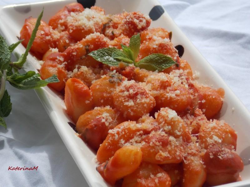 Њоки со доматен сос и нане