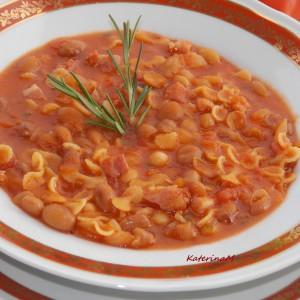 Доматна чорба со грав и тестенини