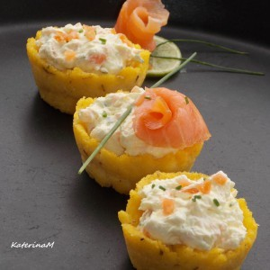 Палента кошнички со крем сирење и чаден лосос