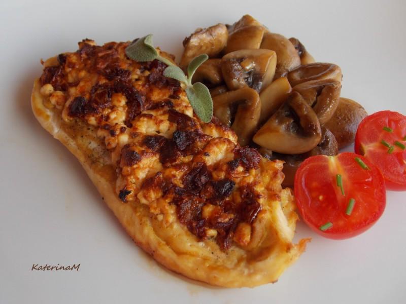 Пилешки стек со суви домати и сирење
