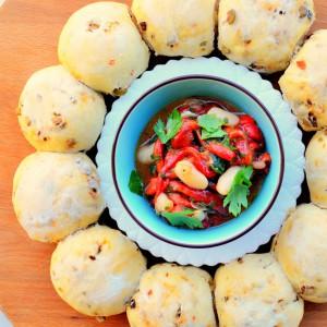 Лепчиња со маслинки и сушени домати