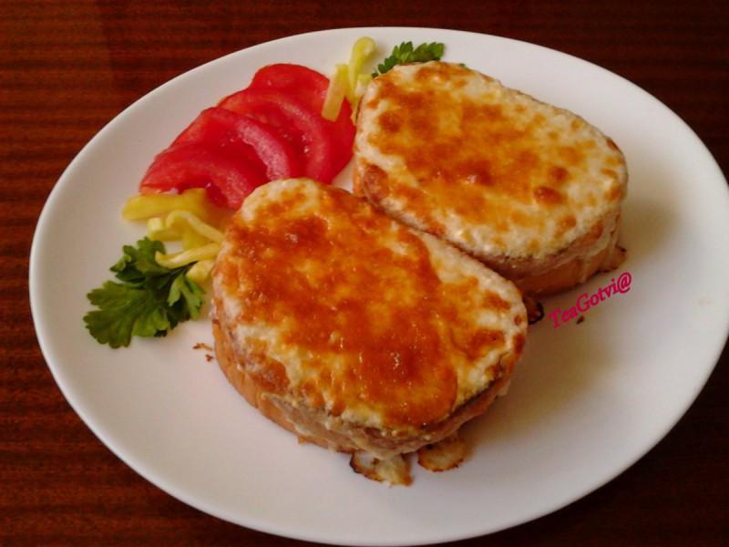 Запечен сендвич со шунка, кашкавал и бешамел