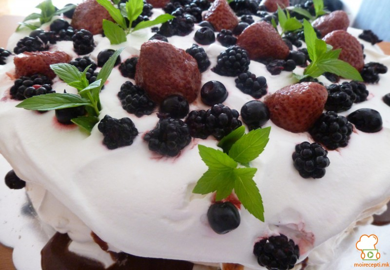Павлова торта со овошје и чоколадо