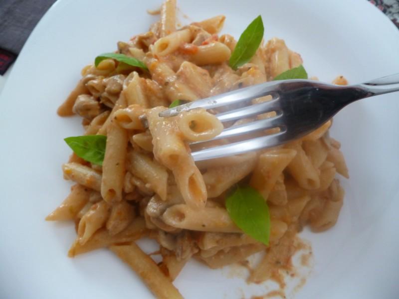 Макарони со богат сос (пилешко, печурки, домати и павлака)