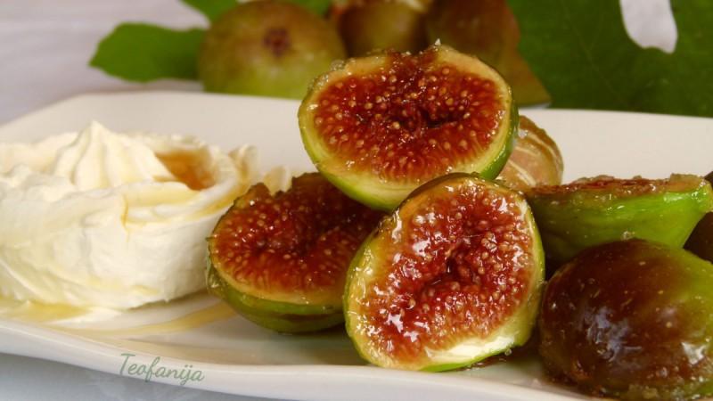 Карамелизирани смокви со маскарпоне