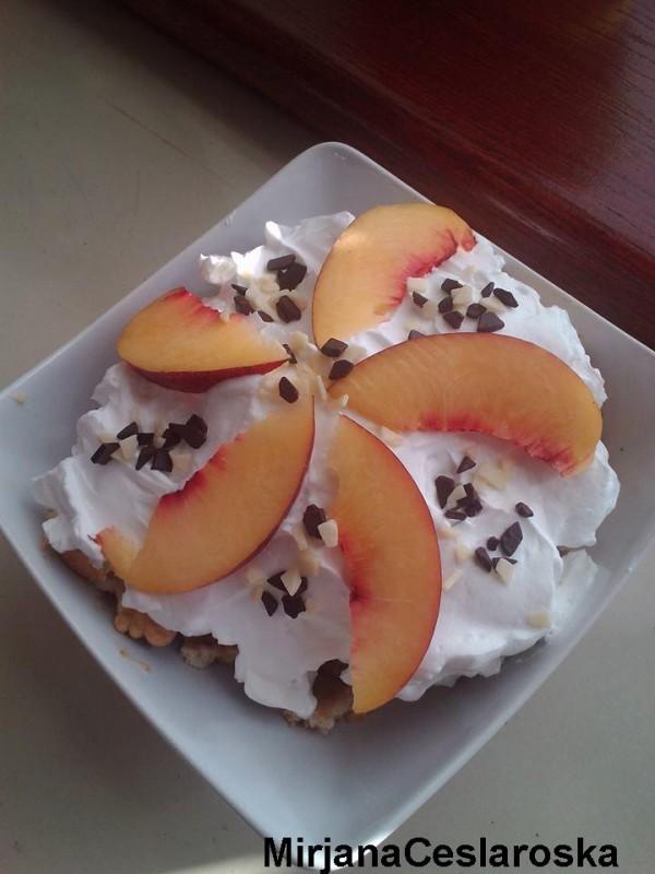 Десерт со праски