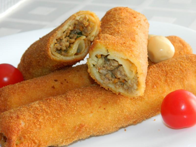 Пирошки од палачинки со мелено месо