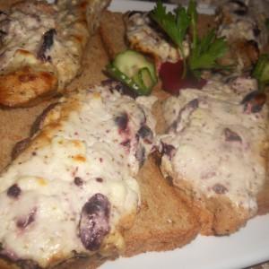 Свински шницли со кисела павлака, сирење и маслинки