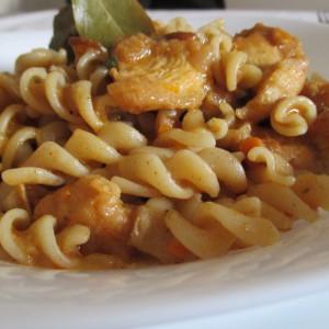 Гулаш од печурки и пилешко месо со тестенини