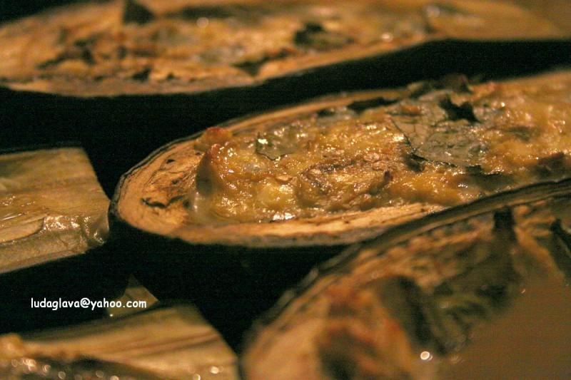 Полнети модри патлиџани со печурки, урда и јајца