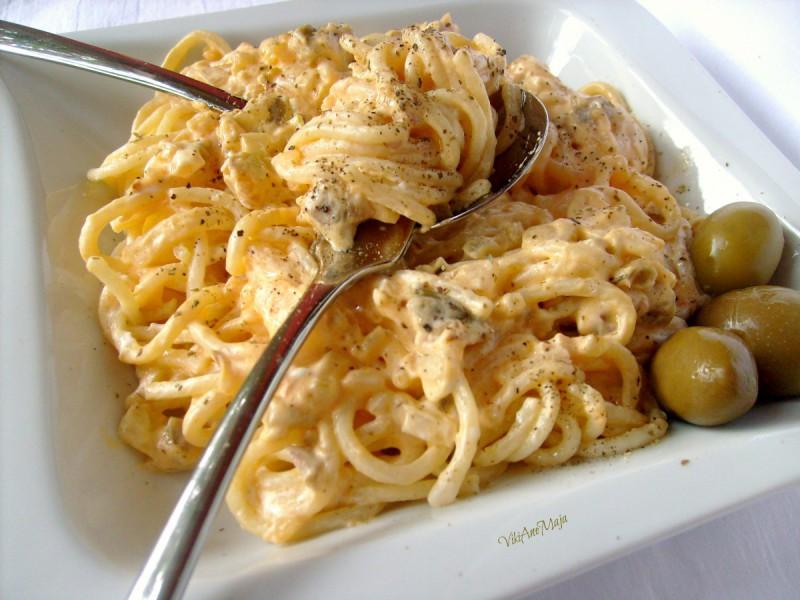 Едноставни шпагети со кашкавал, павлака и маслинки