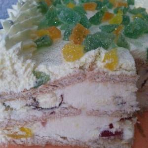 Бисквит торта со желе, крем бананки и кокос