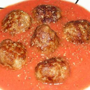Ќофтиња со цимет во доматен сос