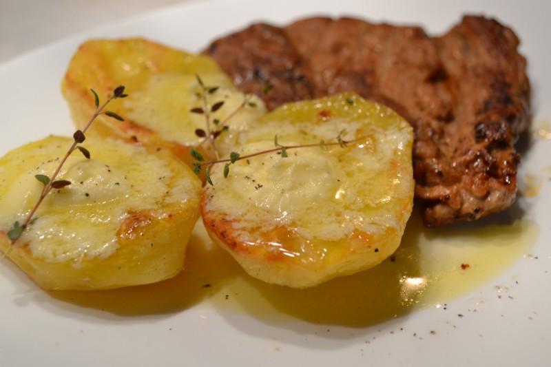 Бифтек со компири во кајмак