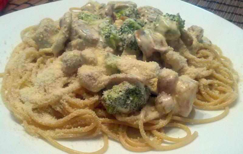 Шпагети со бел сос од месо, печурки и брокула