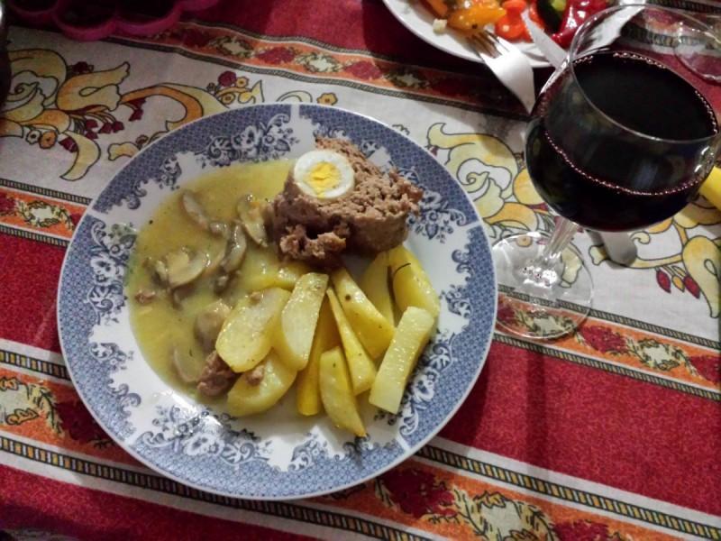 Ролат од мелено месо со варени јајца и компири