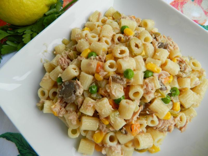 Салата од макарони со туна и зеленчук