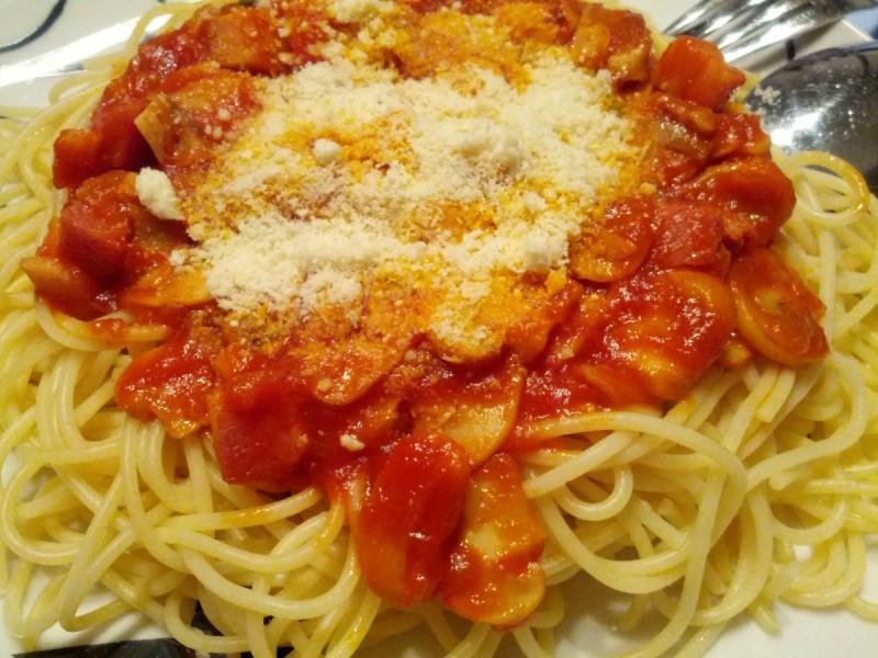 Шпагети со црвен сос од сланина