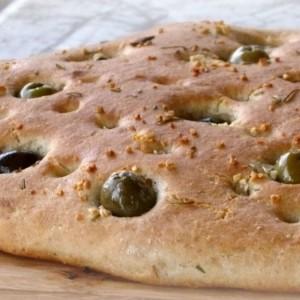 Фокача со зелени и црни маслинки